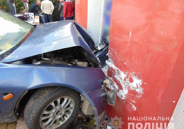 В Черновцах мужчина на авто влетел в стену и устроил стрельбу
