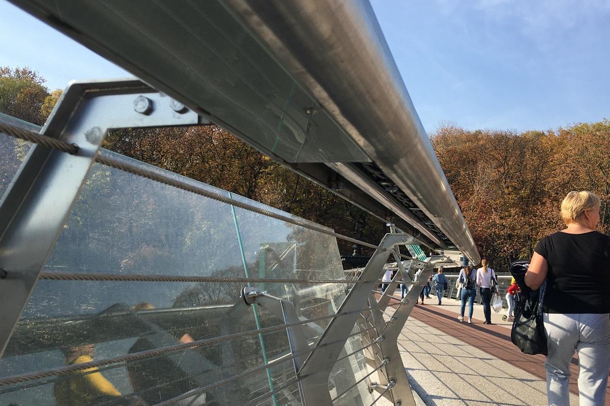 Разбилось очередное стекло на мосту Кличко