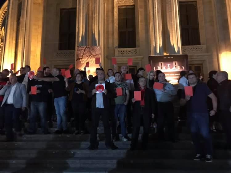 Около двух десятков грузинских граждан протестовали против спектакля московского театра в Кутаиси