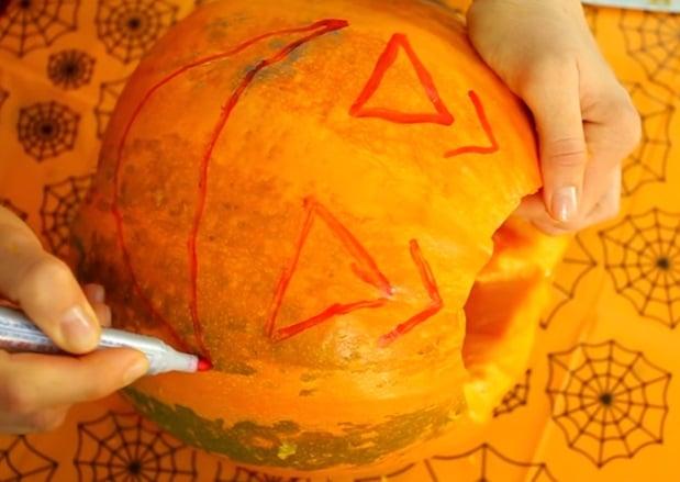 3. Для тыквы на Хэллоуин рисунок лица можно нарисовать самому – а можно распечатать для тыквы на Хэллоуин шаблон, приложить к тыкве и нанести рисунок шилом, а потом по нему вырезать.