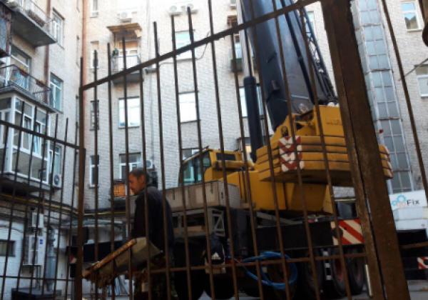 В Киеве разбирают скандальную надстройку