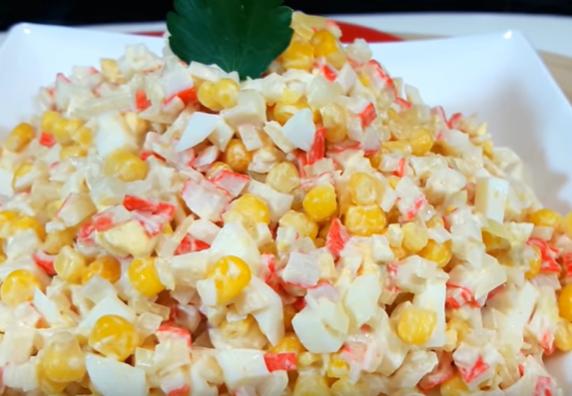 Классический салат с крабовыми палочками может украсить новогодний стол 2020 - Новогодние рецепты салатов 2019
