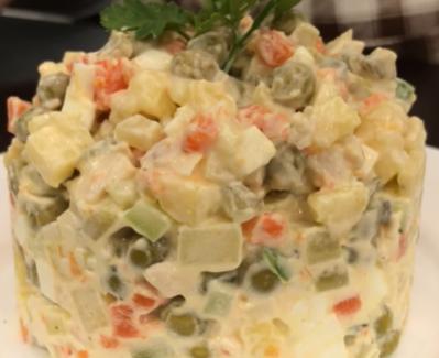 Классический салат оливье может украсить новогодний стол 2020 - Новогодние рецепты салатов 2019