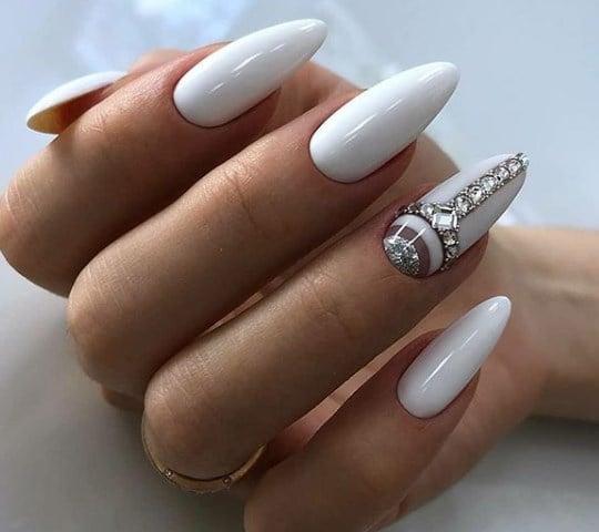 Модный белый маникюр