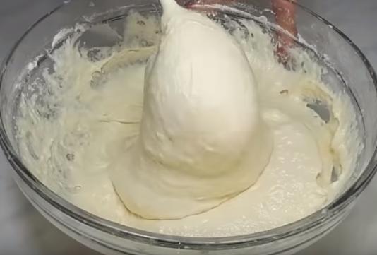 Тесто на пышные оладьи на кефире быстро делается, а сами оладьи просто жарить