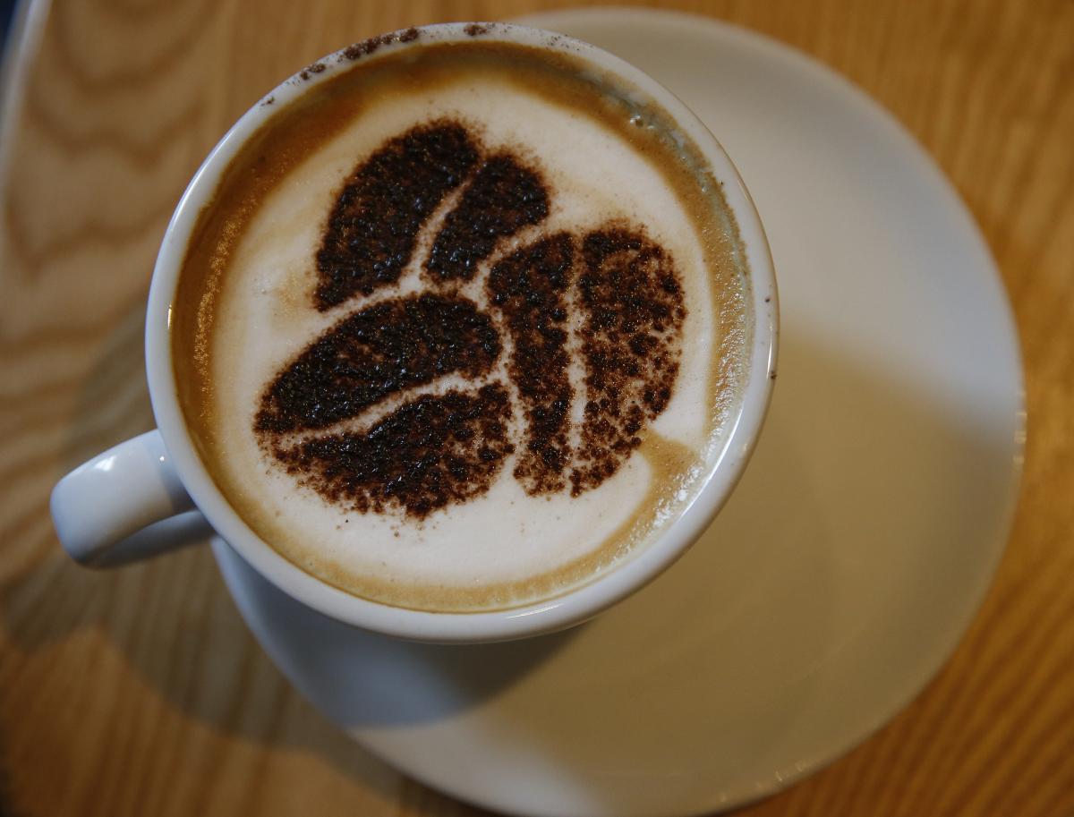 Вважається, що кава також допомагає зменшити запалення, принаймні, у деяких людей/Reuters