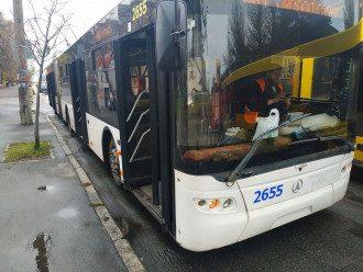 Троллейбус стоял на остановке в момент возгорания / Фото facebook.com/DSNSKyiv