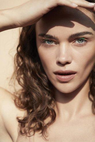 Визажист советует выбирать самую легкую тональную основу из всех возможных / Фото Vogue.ua
