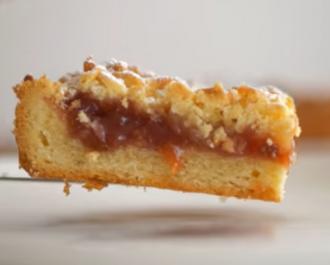 Тертый пирог с джемом можно украсить сахарной пудрой