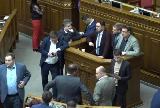 Потураев - на трибуне Рады, вокруг - депутаты правящей партии / Страна
