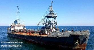 Пока что судно сидит на мели недалеко от пляжа Дельфин