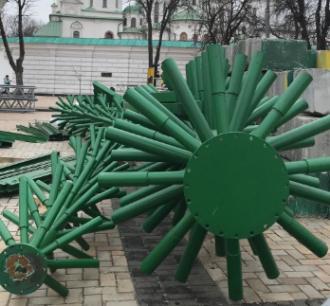 В Киеве приступили к монтированию елки на Новый год 2020