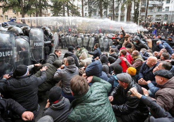 Сегодня в Грузии силовики отогнали активистов от парламента - Грузия новости сегодня