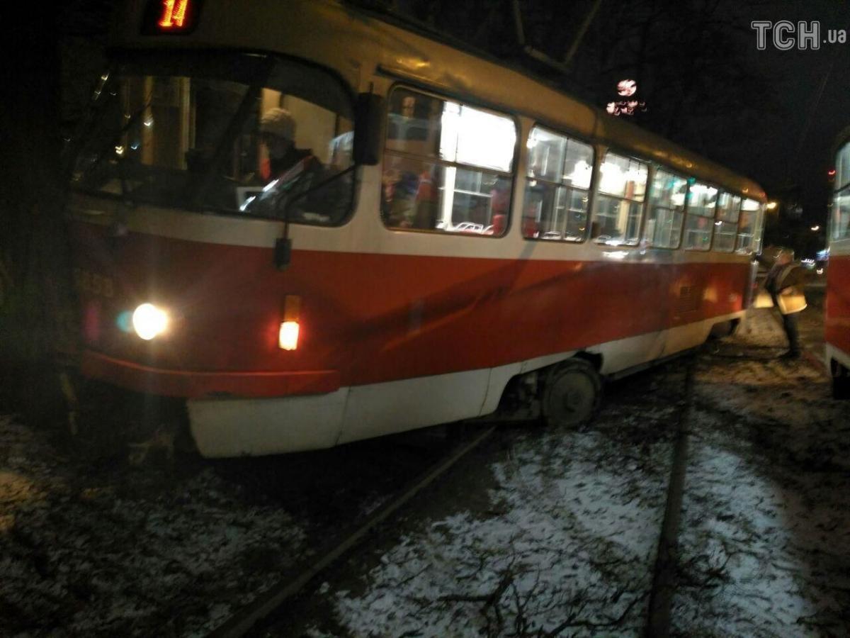 Сегодня в Киеве трамвай врезался в дерево, обошлось без пострадавших - Новости Киева