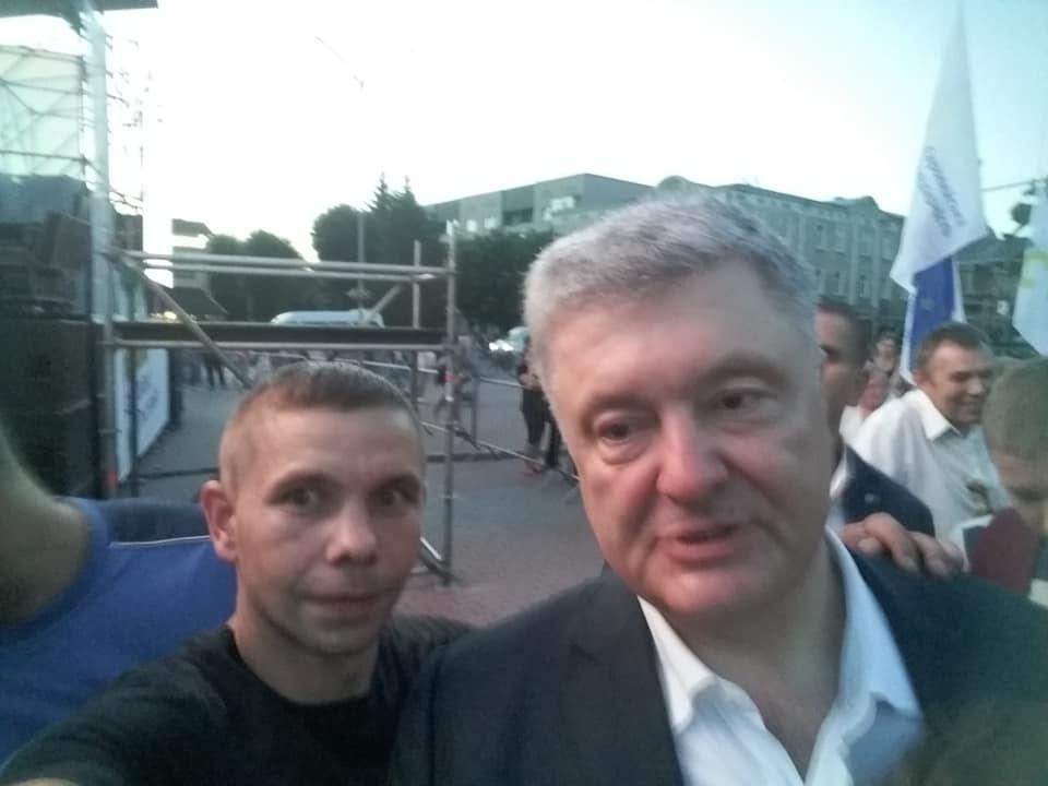 Стало известно, кто бросил яйцо в Порошенко на Майдане против Зеленского