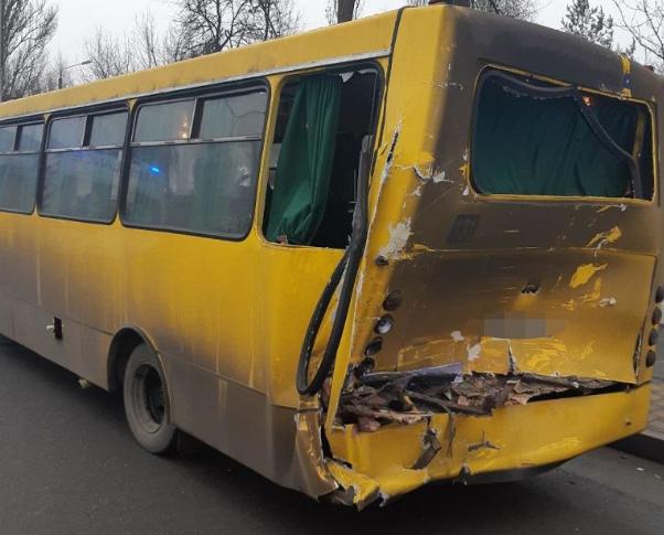В Киеве столкнулись фура и маршрутка, пострадали пять человек - Новости Киева