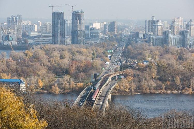 В Киеве на мосту Метро парень хотел покончить с собой, его спасли копы - Мост Метро новости