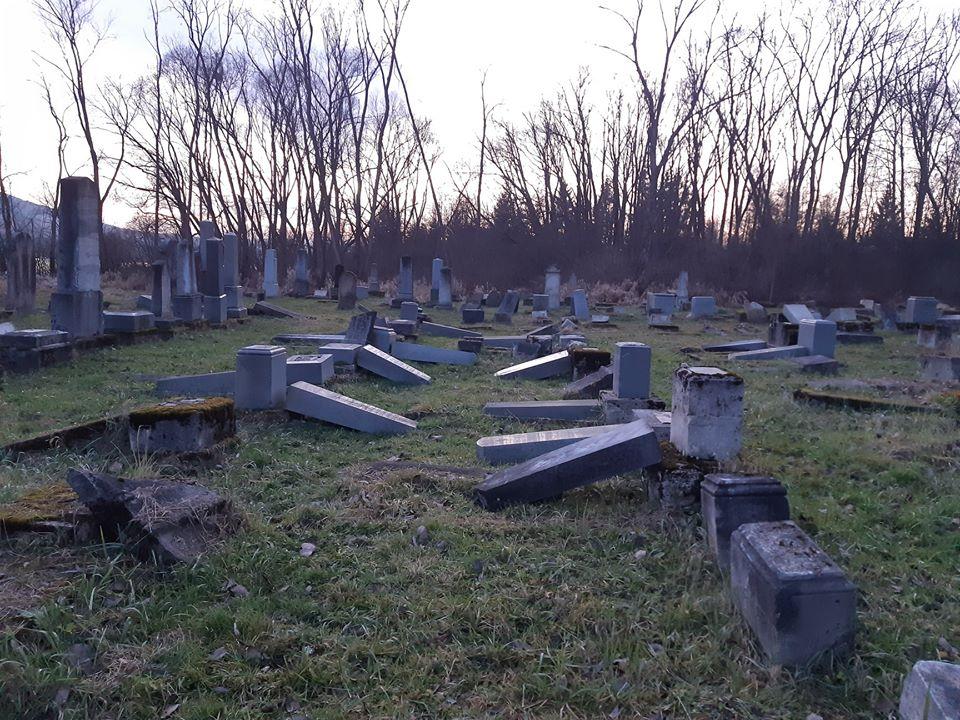 Вандалы разрушили 59 могил