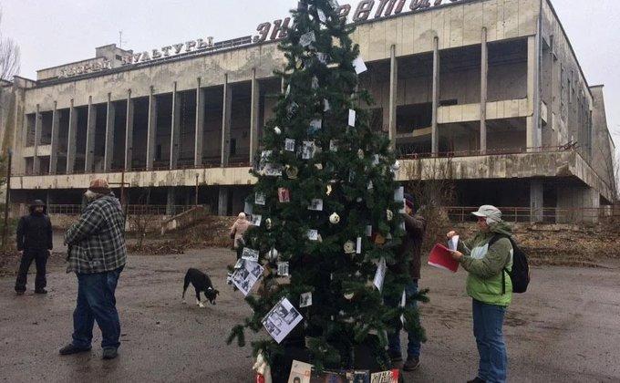 Впервые за много лет: в зоне ЧАЭС установили новогоднюю елку - фото