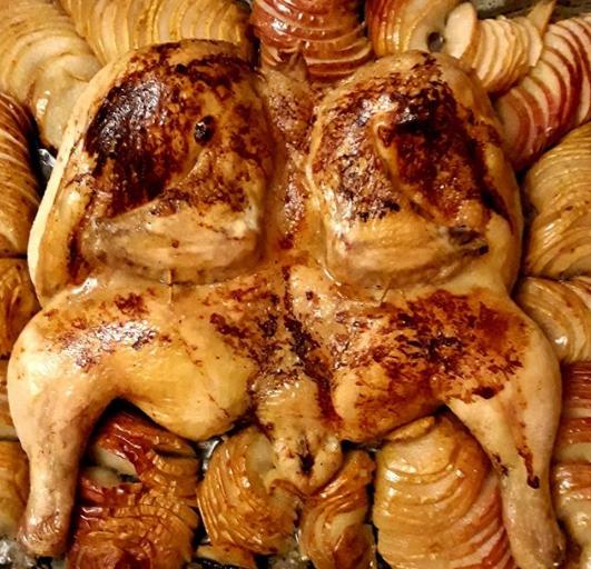 Курица с яблоками готовится в духовке, разогретой до 200 градусов - Курица в духовке