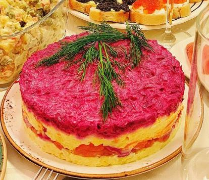 На новогодний стол 2020 можно поставить салат сельдь под шубой - Новогодние рецепты 2020