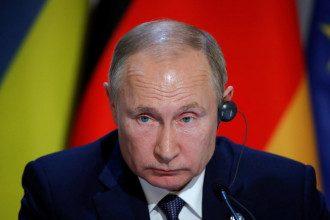 Журналист сообщил, что Владимира Путина в туалет сопровождали шесть человек, после этого главу РФ затроллили в соцсети