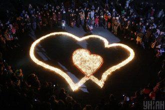 Чтобы провести обряд на замужество, понадобятся две свечи и две ленты, сказала астролог - День Валентина 2020