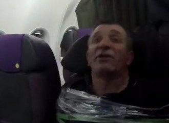 Мужчина устроил дебош в самолете