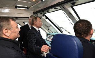 Путин прокатился на поезде по крымскому мосту
