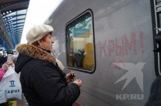 Женщина встречает поезд Путина / Фото kp.ru