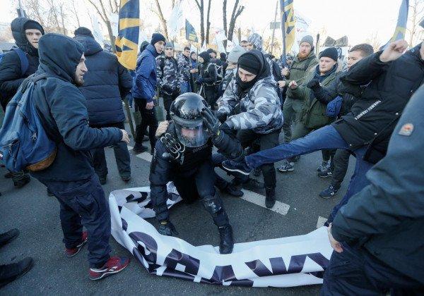 Из-за столкновений из парламента никого не выпускают - Митинг под Радой