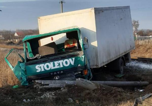 На Сумщине грузовик протаранил поезд, есть пострадавшие - Украина новости