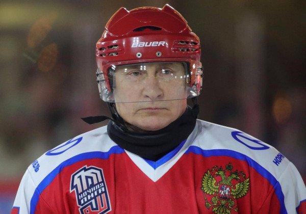 Путин сыграл в хоккей на Красной площади - Новости России