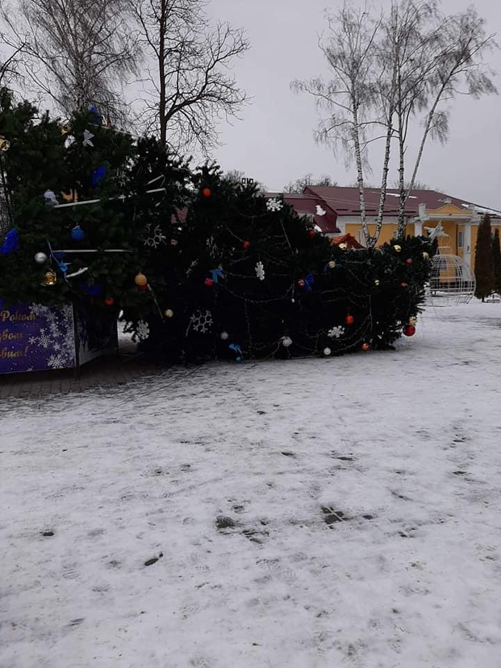 Перед Новым годом 2020 в Дунаевцах рухнула главная елка