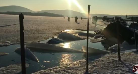 автомобили пошли под лед