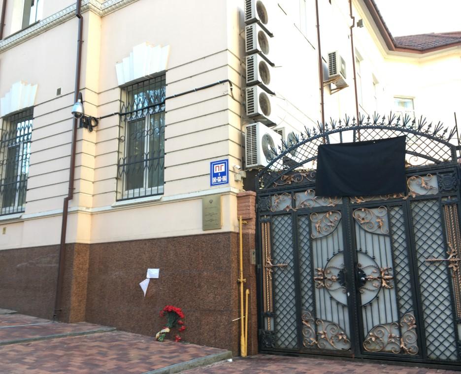 Цветы у посольства Ирана в Киеве