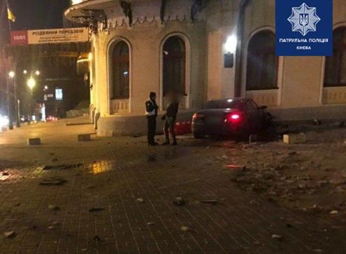 Сегодня в Киеве пьяный водитель на иномарке влетел в здание филармонии