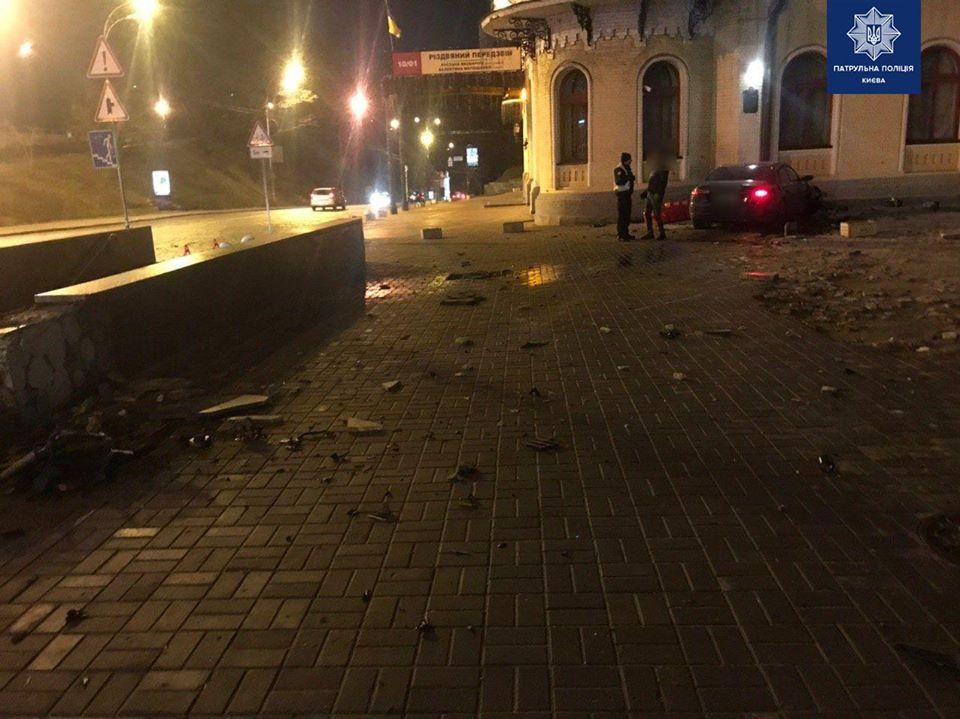 Сегодня в Киеве пьяный водитель на иномарке влетел в здание филармонии - Новости