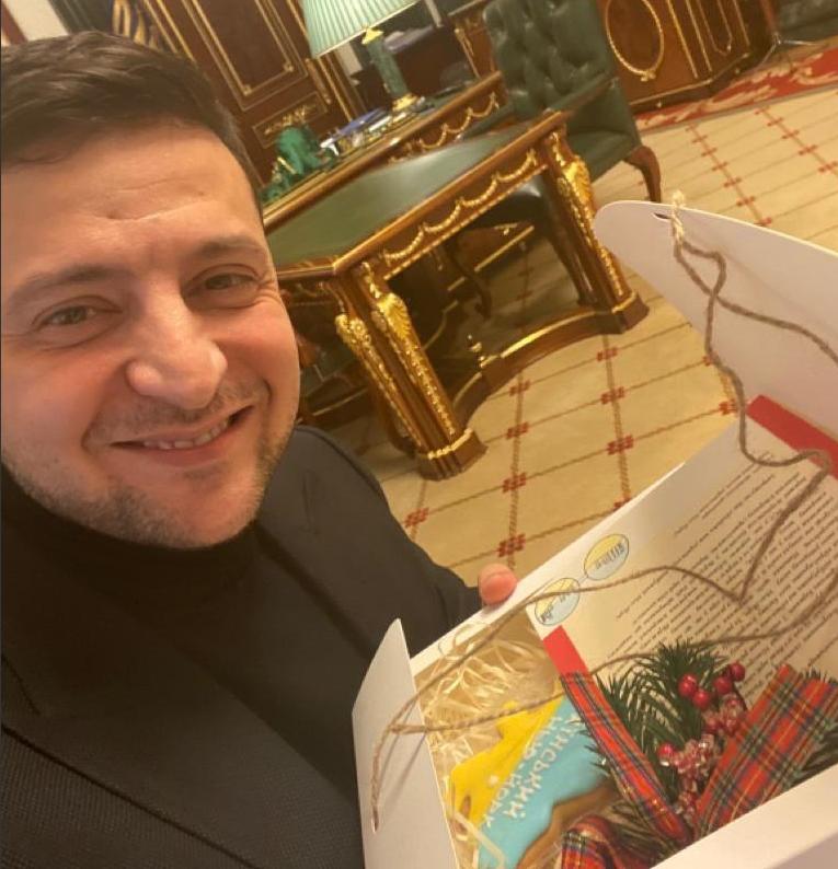 Президент получил подарок от детей из украинского Нью-Йорка