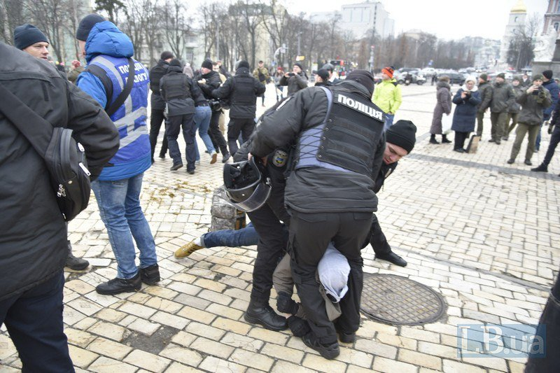 В центре Киева произошли стычки между националистами и антифашистами