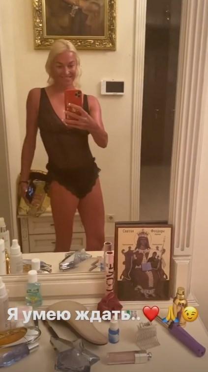 Анастасия Волочкова показала обвисшую грудь на селфи
