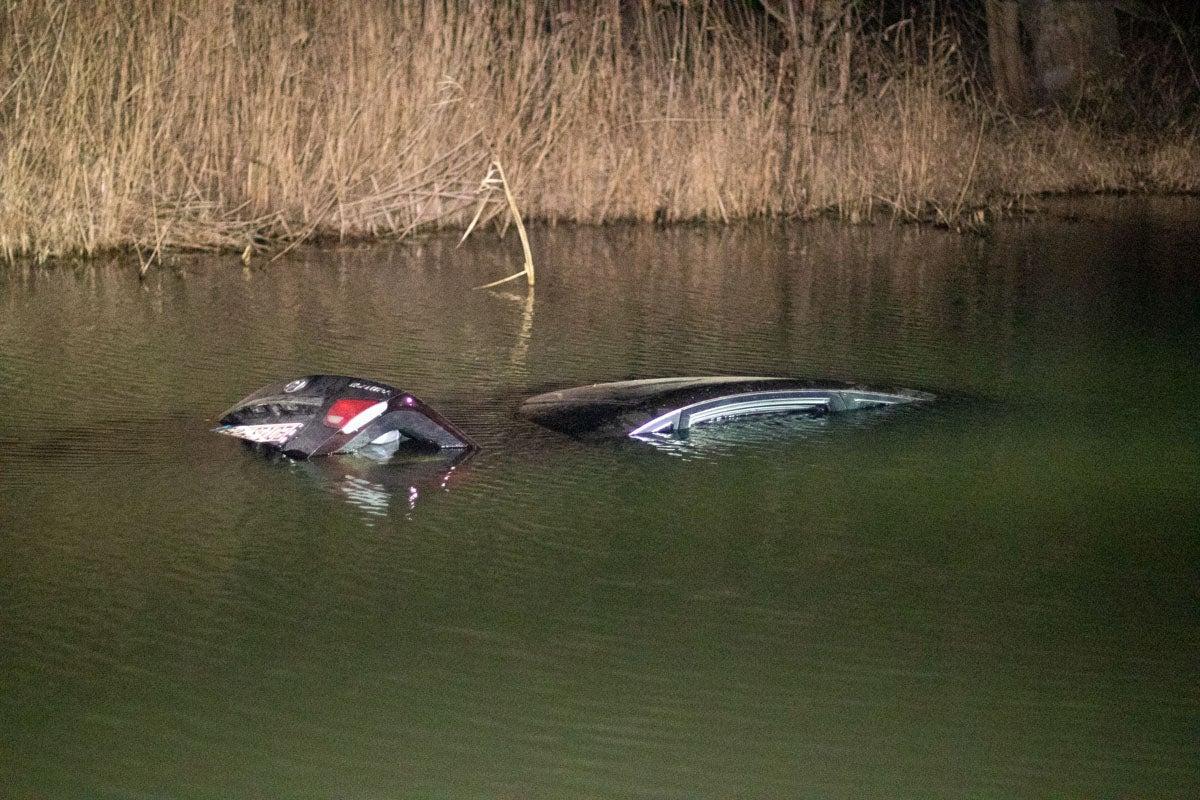 автомобиль полностью ушел под воду