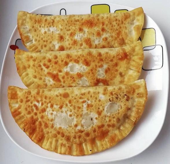Домашнее тесто на чебуреки с водкой после приготовления нужно оставлять в покое - Чебуреки с мясом