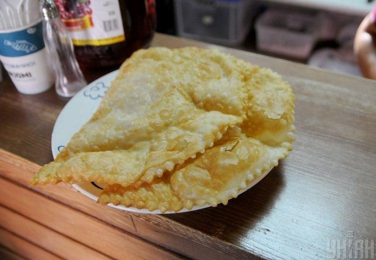 В домашние чебуреки на кефире можно отправить фарш с зеленью - Чебуреки с мясом