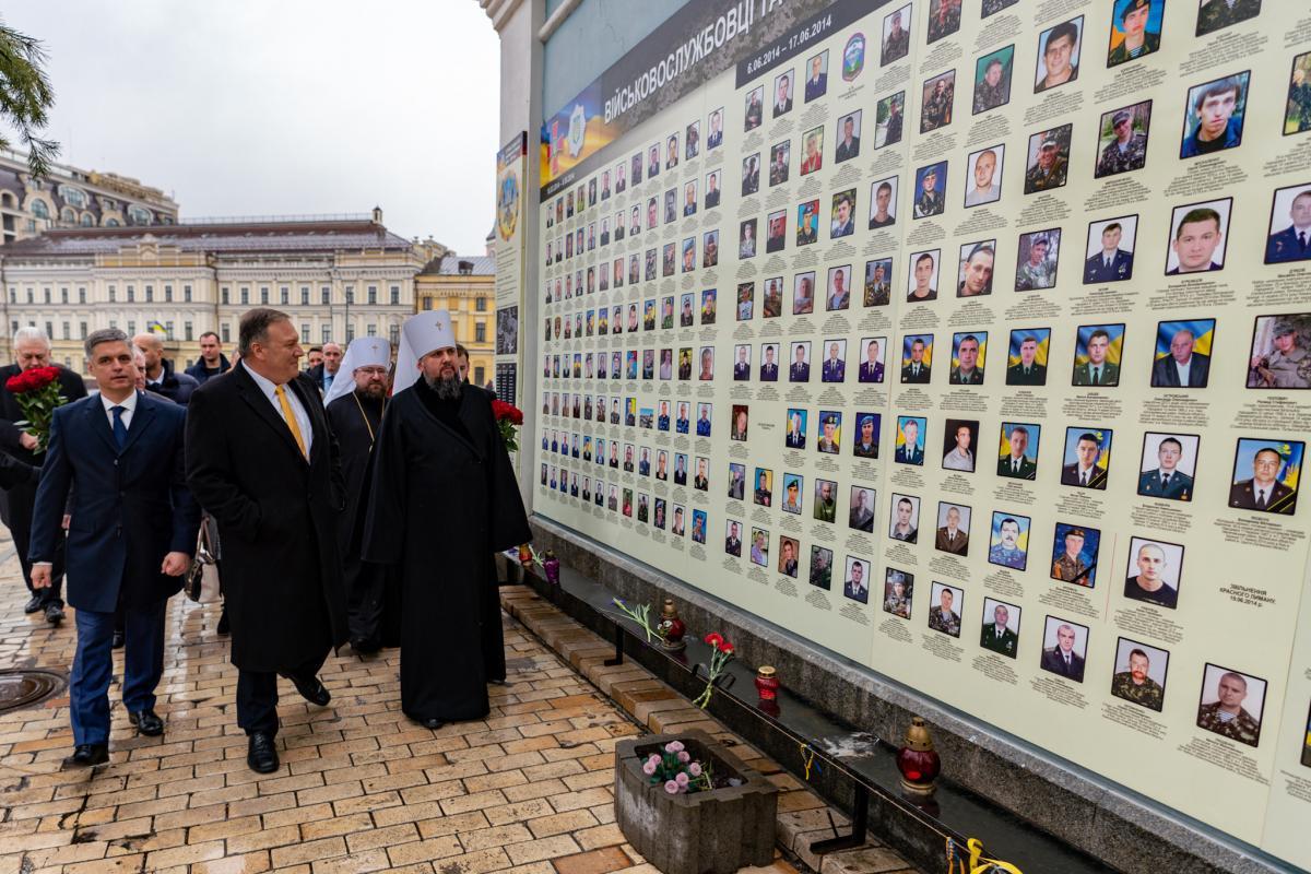Помпео вместе с Пристайко и Епифанием возлагают цветы к стене памяти на Михайловской площади / фото Twitter Помпео