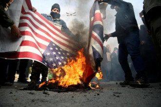 В Иране начались антиамериканские протесты после известия об убийстве Касема Сулеймани / Reuters