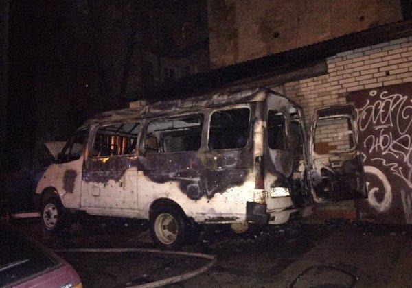 Во Львове сгорела одна машина, а еще одна - повреждена - Новости Львова