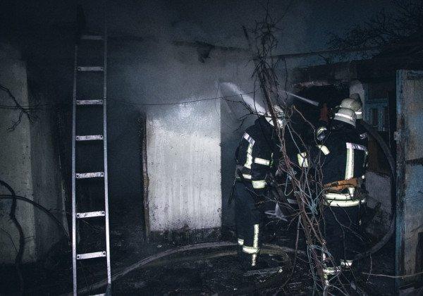 В столице горел дом, в котором бездомные жгли костры, найдено тело, выяснили журналисты - Новости Киева