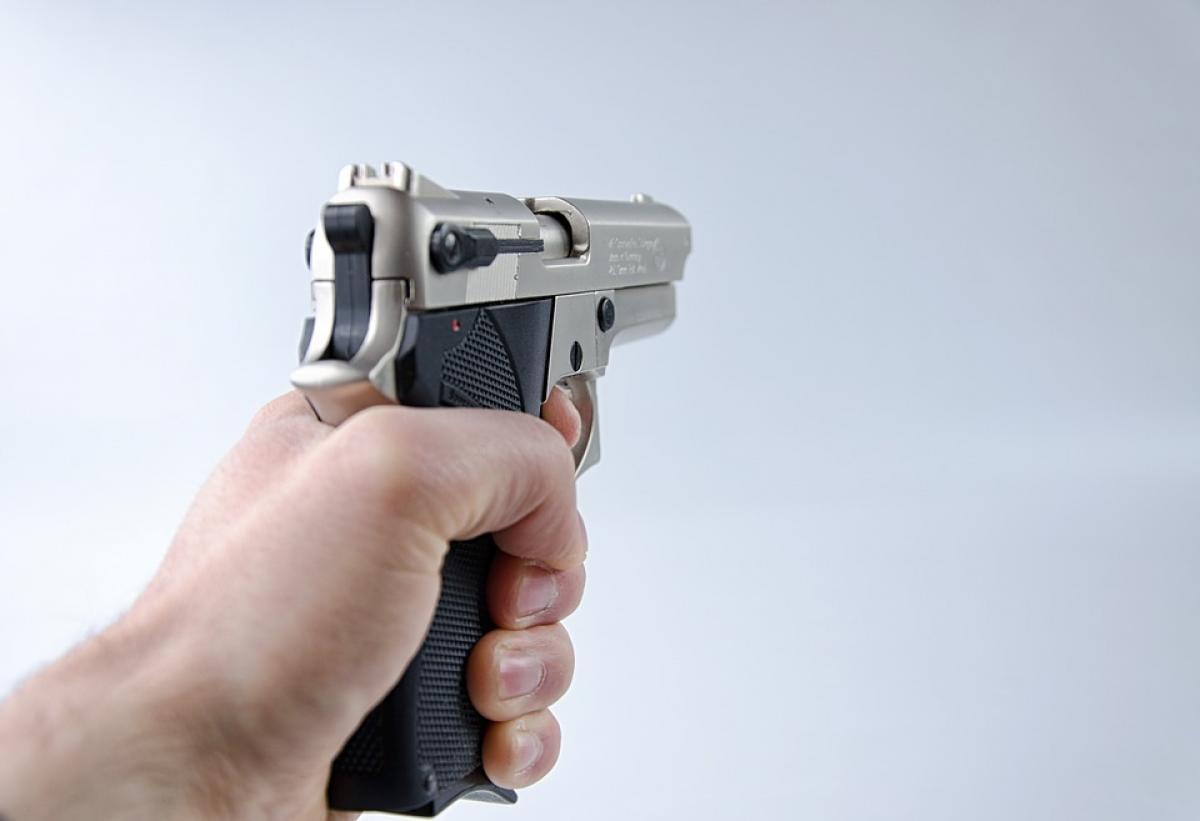 пистолет, рука с пистолетом
