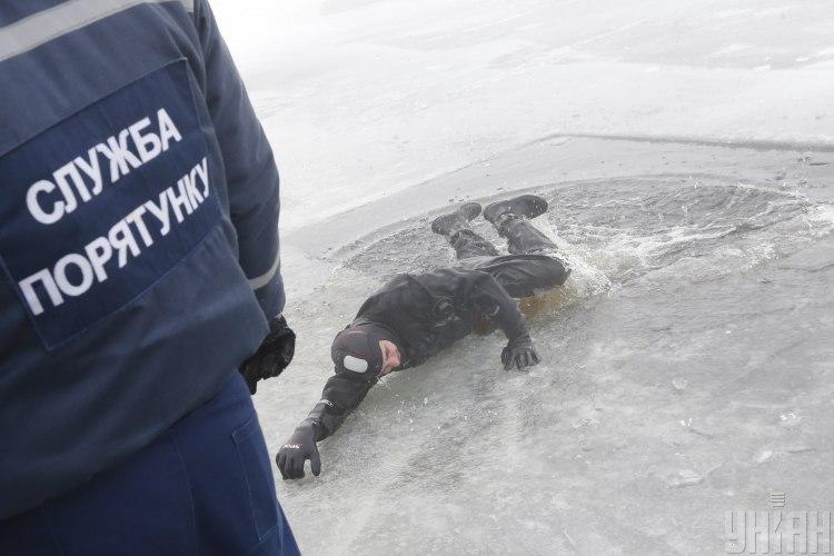 Во Львовской области под лед провалились рыбаки, погиб человек - Новости Львова